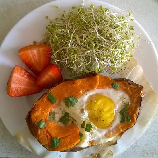 Sladký zemiak plnený vajíčkom