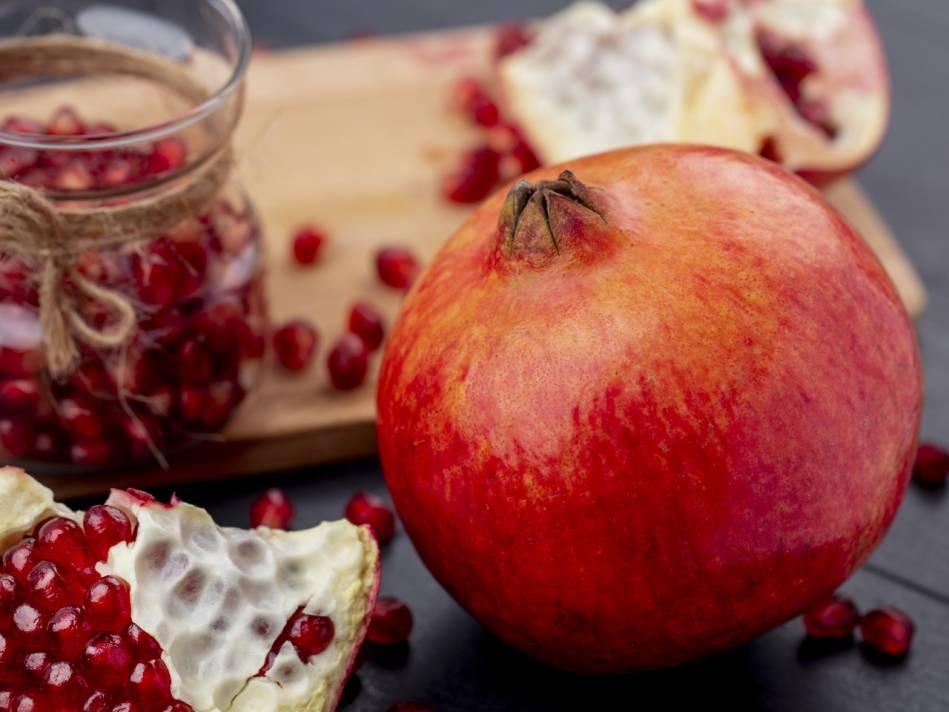 Pite šťavu z granátových jabĺk